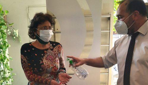 Paciente se aplica alcohol en gel en el acceso